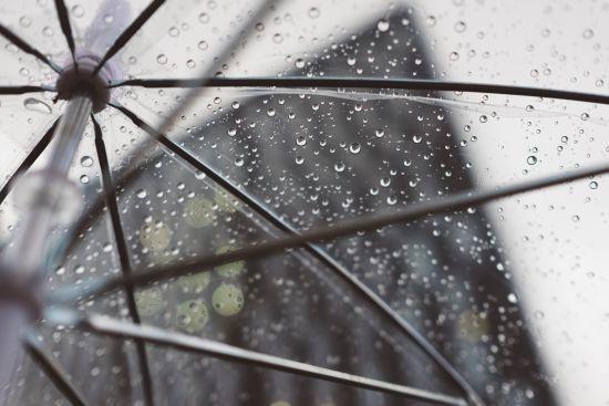 Прогноз погоди на вихідні: короткочасні дощі, грози та помірне тепло