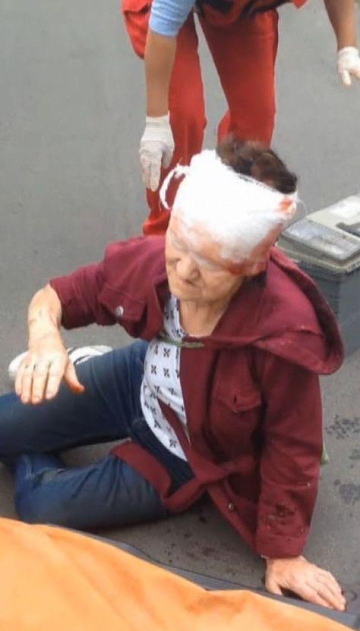 Неизвестный мужчина на велосипеде сбил пенсионерку: у нее открытая травма головы
