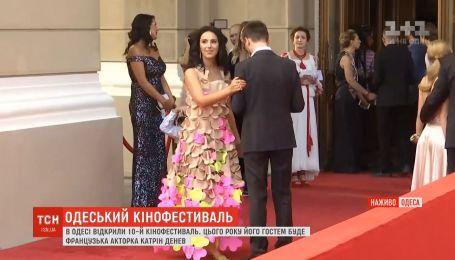 Звезды похвастались яркими нарядами на Одесском кинофестивале