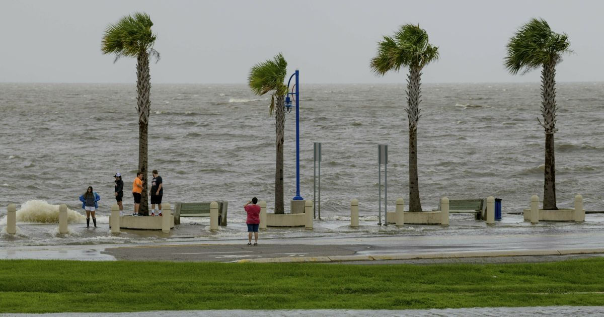 """В США в одном из штатов объявлено чрезвычайное положение: надвигается мощный шторм """"Барри"""""""
