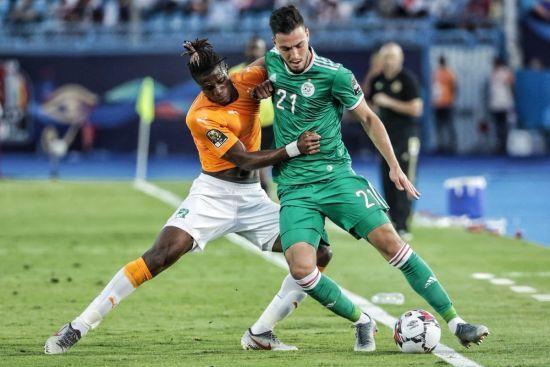 Бог симуляції. Алжирський футболіст підлим трюком хотів заробити вилучення для суперника