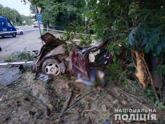 У Львові дівчина на Mercedes втікала з місця скоєного ДТП, на швидкості врізалася в дерево і загинула