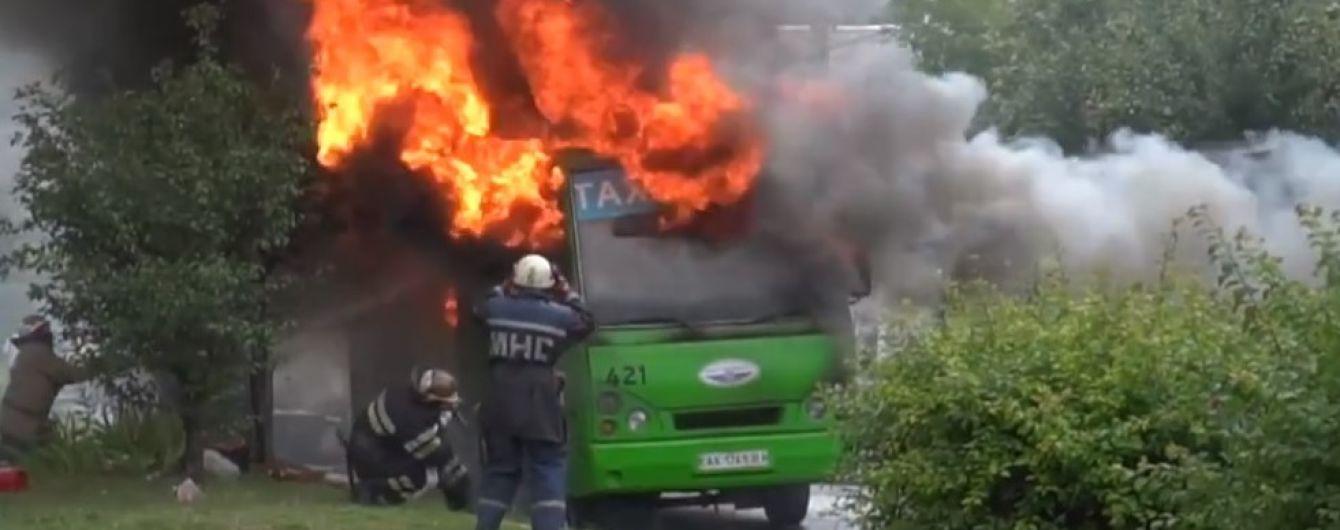 В Харькове набитая битком маршрутка загорелась прямо на ходу