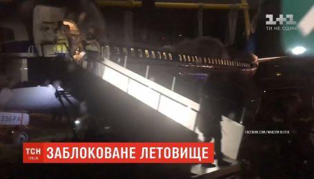 """Майже 8 годин не працював столичний аеропорт """"Київ"""" через інцидент з білоруським літаком"""