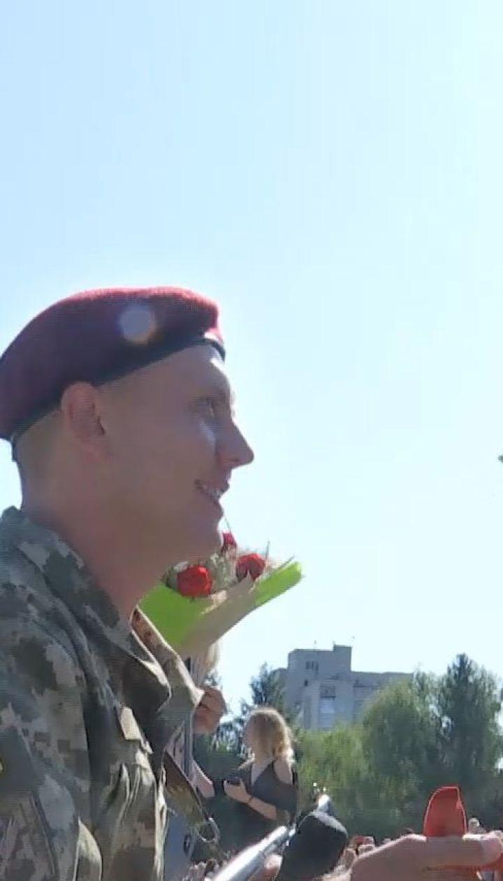 В Житомире во время торжественной присяги своим девушкам признались сразу пятеро срочников