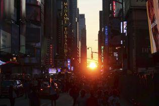 Тысячи туристов наблюдали за уникальным закатом солнца на Манхэттене, который бывает четыре раза в год