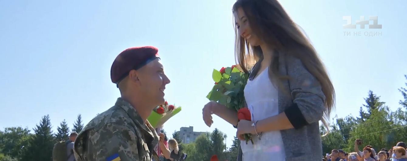 В Житомире во время военной присяги пятеро солдат одновременно признались в любви своим девушкам