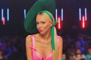 Обольстительная Полякова в мини-юбке сравнила себя с морковью
