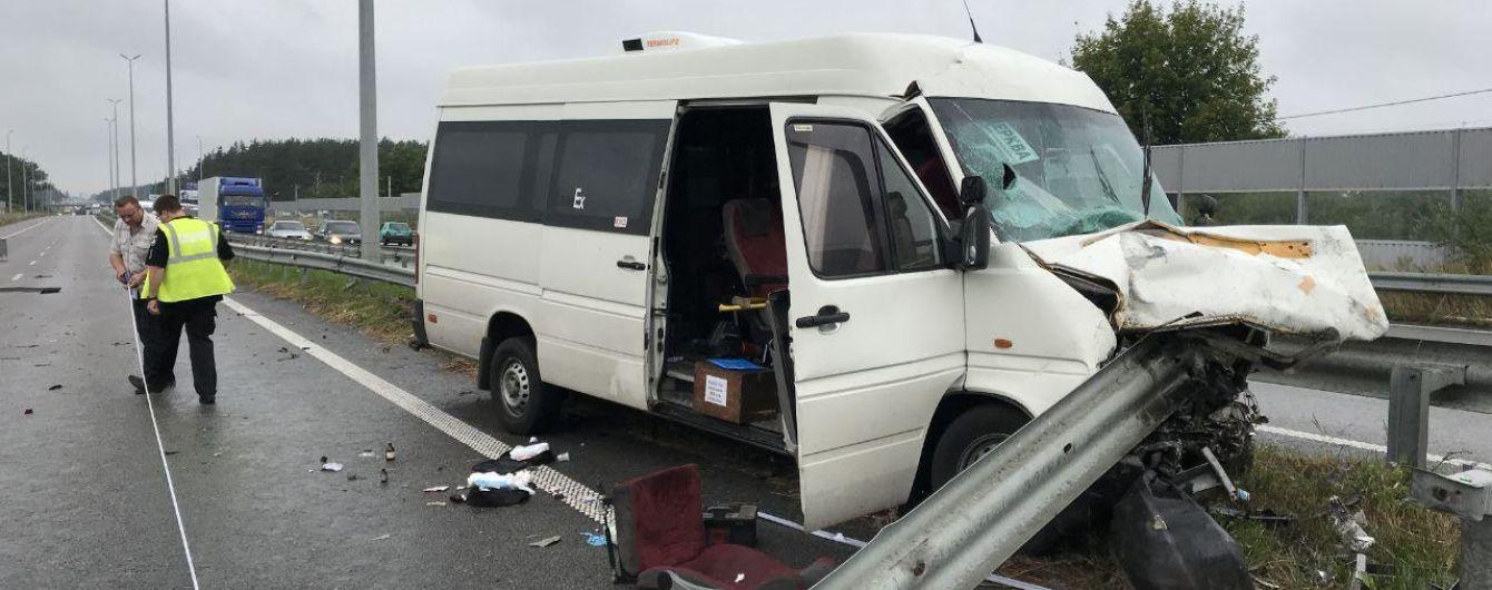 На трассе под Киевом маршрутка столкнулась с легковушкой: трое погибших, около 20 раненых