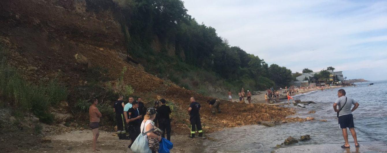 Зсув ґрунту на одеському пляжі: рятувальники знайшли під завалами одяг та пляжне приладдя
