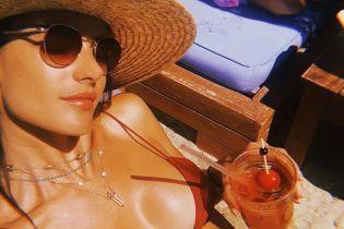 Все еще отдыхает: Адессандра Амбросио похвасталась пышной грудью в бикини