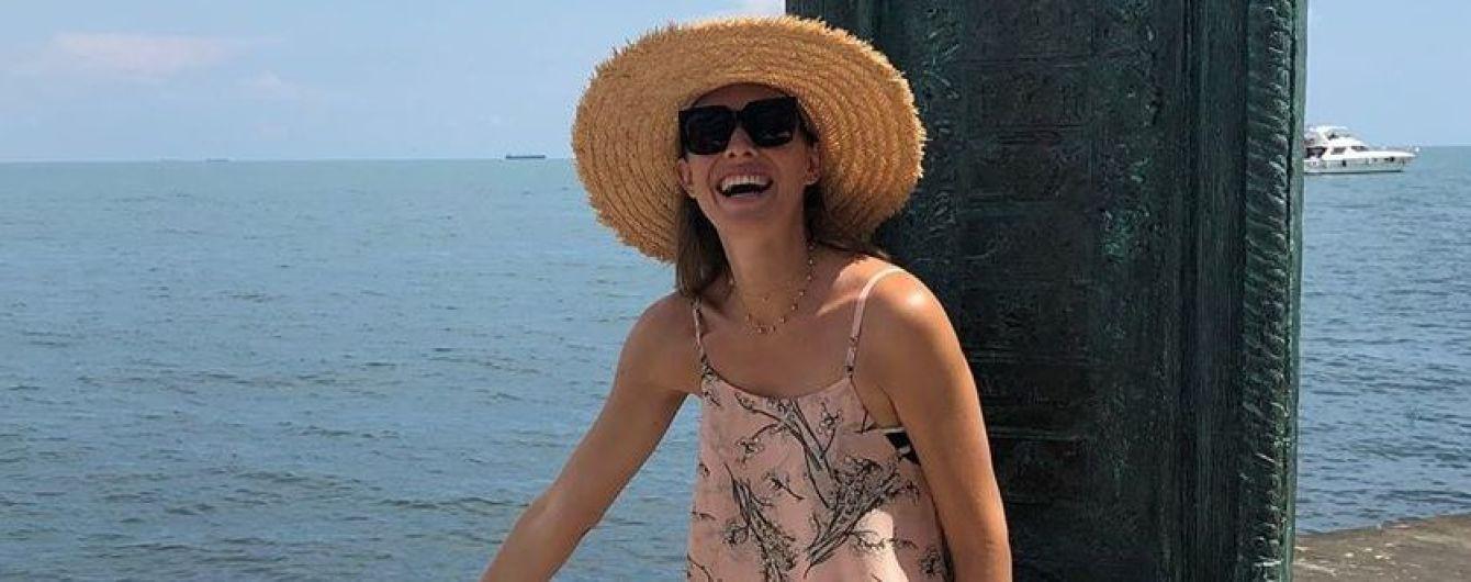 З сином і в яскравій сукні з квітковим принтом: Катя Осадча на відпочинку в Одесі