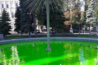У Києві вандали пофарбували фонтани на Майдані Незалежності