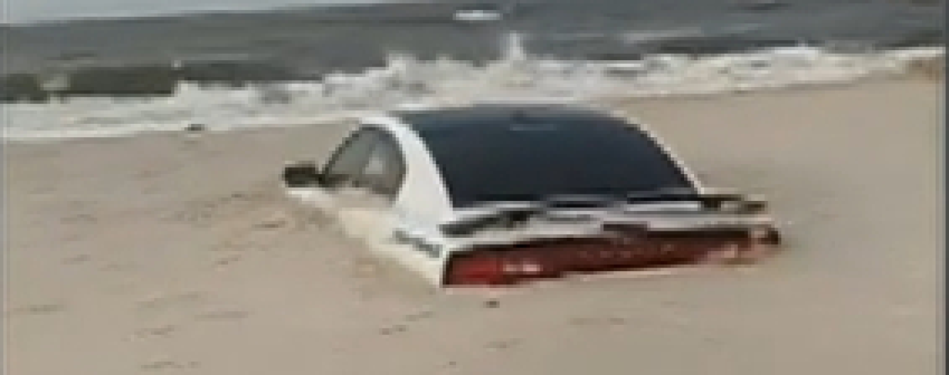 Dodge Charger намертво заилило в песок из-за урагана в Америке