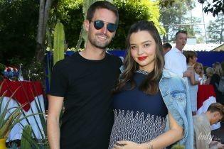 В мини-платье и обнимку с мужем: беременная Миранда Керр сходила на вечеринку