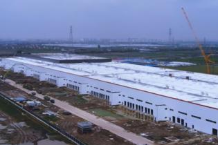 На заводе Tesla в Китае уже устанавливают оборудование. Видео