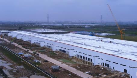 На заводі Tesla у Китаї вже встановлюють обладнання. Відео
