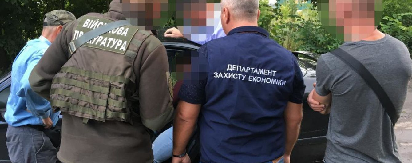 """На Винничине задержали начальника таможенного поста. На растаможке транспорта он """"заработал"""" 300 тыс. грн"""