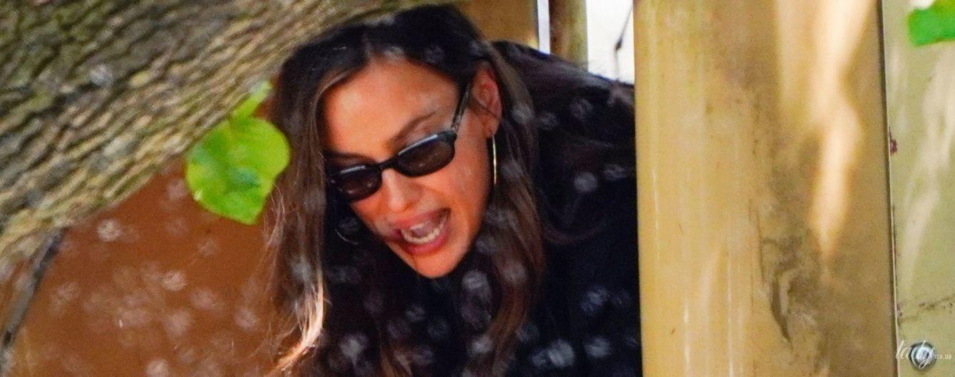 В мини-платье и грубых ботинках: Ирина Шейк на детской площадке погуляла с дочерью