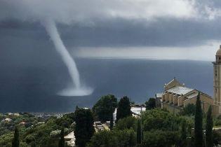 На французском острове сняли водяной смерч высотой в десятки метров
