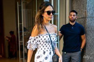 У гороховій сукні з оголеними плечима: Джессіка Альба на вулицях Нью-Йорка