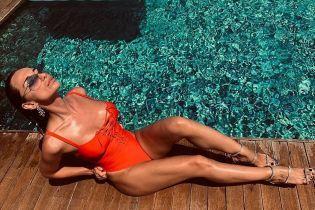 В красном купальнике со шнуровкой: Кристина Шишпор соблазнительно позировала у бассейна