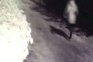 Появилось видео, как в Ирпене парень убегает с места покушения на бывшую девушку и ее бойфренда