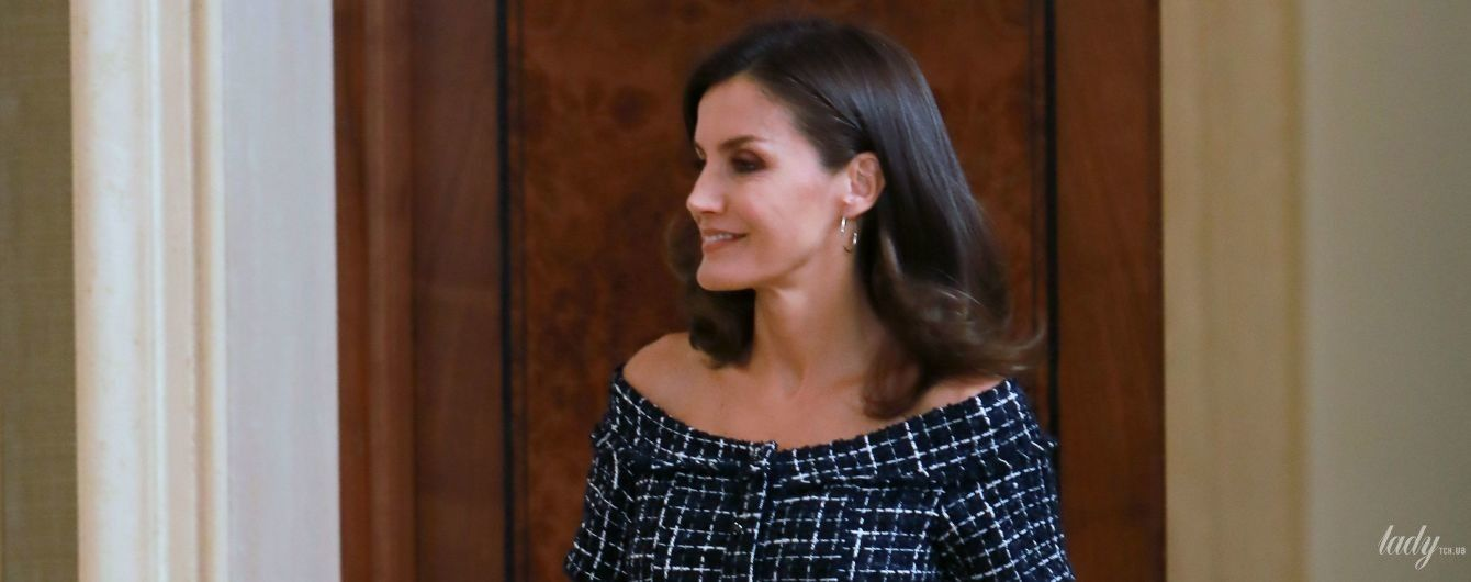 Слегка приоткрыла плечи: королева Летиция надела игривый наряд на мероприятие во дворце