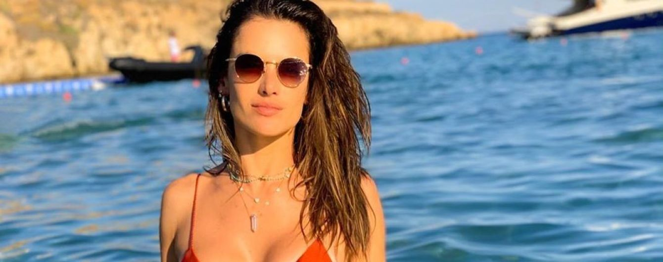 Як з обкладинки: Алессандра Амбросіо сексуально позувала на пляжі в бікіні