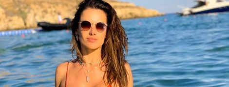 Как с обложки: Алессандра Амбросио сексуально позировала на пляже в бикини