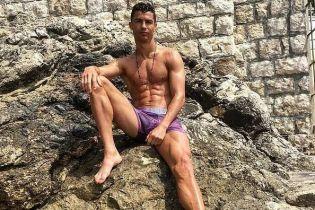 """У рожевих плавках та під яскравим світлом. М'язистий Роналду знявся у """"гарячій"""" фотосесії"""