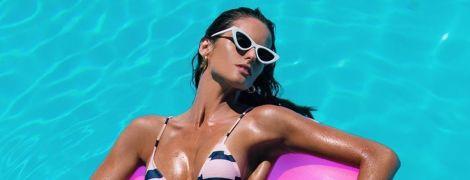 Грецькі канікули: Ізабель Гулар у смугастому бікіні похизувалася ідеальними сідницями