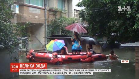 Китай страдает от мощных наводнений: пострадали тысячи людей
