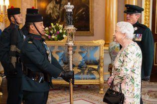 Ах, какой образ: 93-летняя королева Елизавета II в новом платье на частной аудиенции