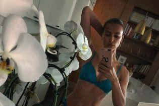 Какая фигура: Ирина Шейк сделала селфи в сексуальном бельевом комплекте