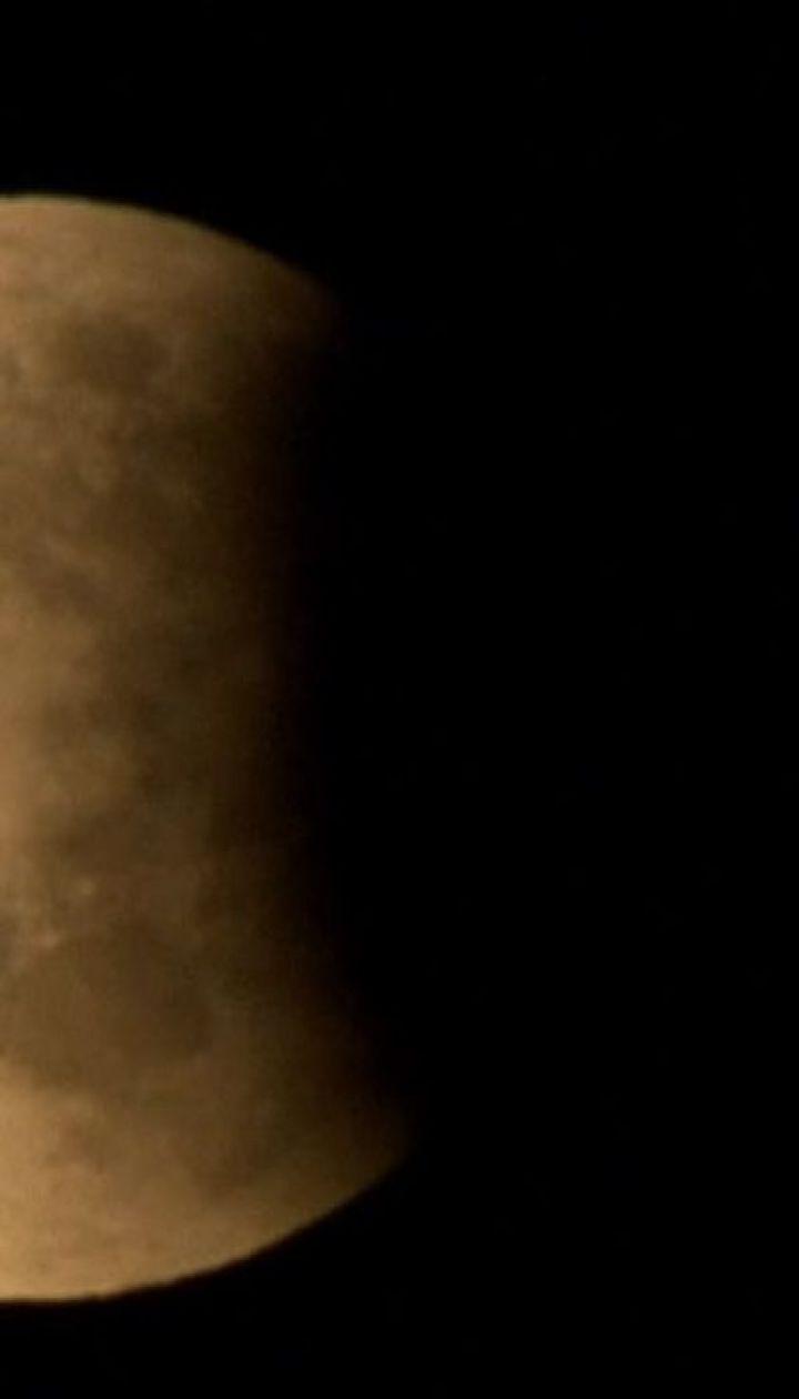 Лунное затмение: жители большинства стран Европы наблюдали за уникальным космическим явлением
