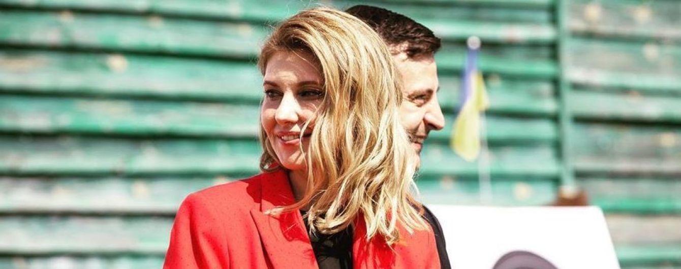 В красном костюме и с красивой укладкой: стильная Елена Зеленская с мужем встретилась со спортсменами