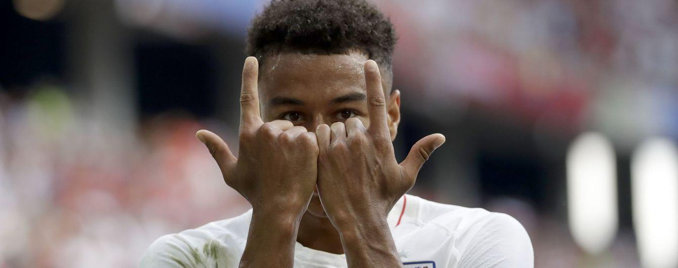 Футболист сборной Англии оставил автограф маленькому фанату на необычном месте