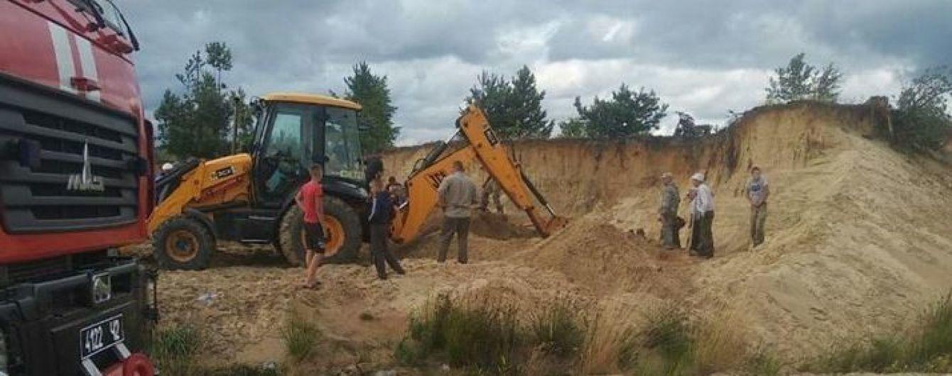 На Ровенщине двух детей засыпало песком во время обвала карьера