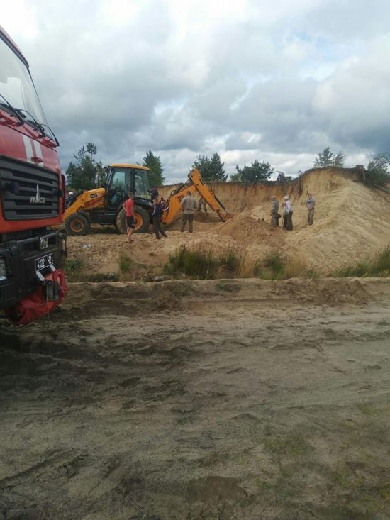 На Рівненщині двох дітей засипало піском під час зсуву кар'єру