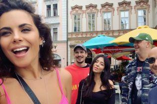 В розовом топе и с мужем: Настя Каменских прогулялась по Праге