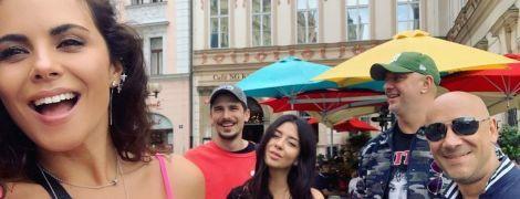 У рожевому топі та з чоловіком: Настя Каменських прогулялася Прагою