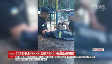 Бійці ДСНС рятували 6-річного хлопчика, який застряг головою у дірці на дитмайданчику