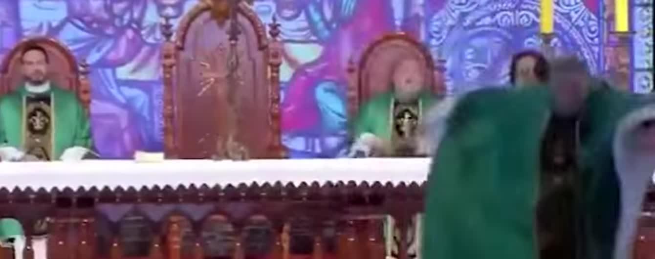 """""""Гладкі не потраплять до раю"""": жінка штовхнула священика через образу огрядних людей"""