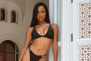 Выглядит сексуально: обольстительная Жасмин Тукс в бикини продемонстрировала идеальную фигуру