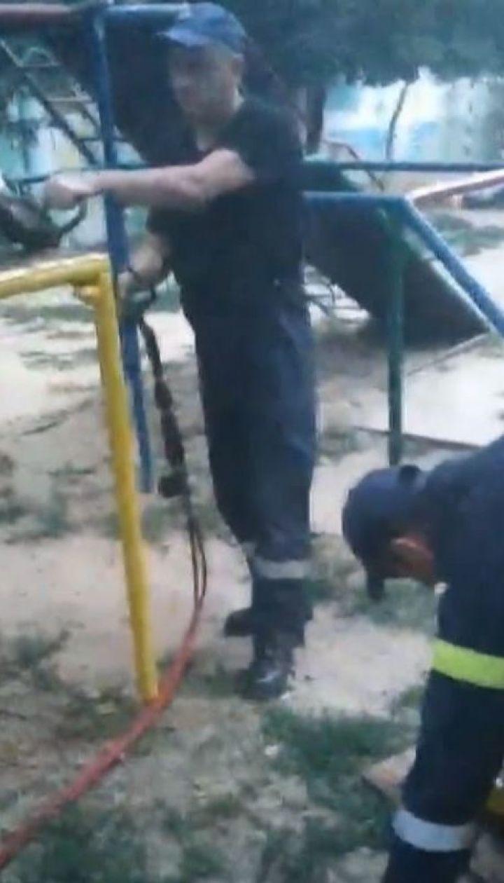 На Херсонщині хлопчик застряг головою у дірці на дитячій гірці