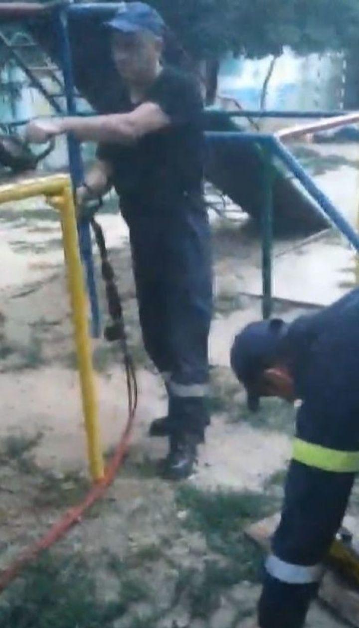 На Херсонщине мальчик застрял головой в дырке на детской горке
