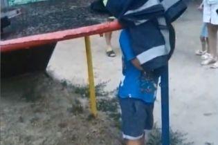 На Херсонщині малюк застряг головою у гірці на дитмайданчику