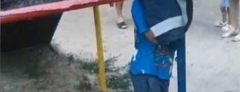 На Херсонщине малыш застрял головой в горке на детплощадке