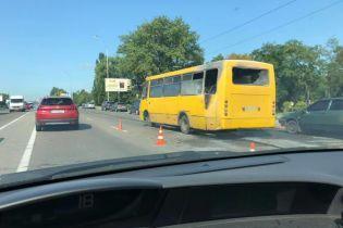 У Києві серед дороги загорілась маршрутка